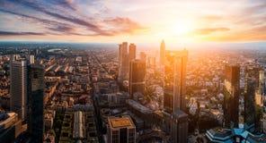 gromadzcy pieniężni Frankfurt linia horyzontu drapacz chmur Fotografia Royalty Free
