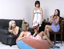 gromadzenia się dziewczyn przyjęcie Obraz Stock