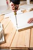 Gromadzić meble od chipboard, używać cordless screwdrive Obraz Royalty Free