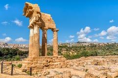 Gromadzić resztki świątynie Rycynowy i Pollux, lokalizować w parku dolina świątynie w Agrigento, Sicil zdjęcie royalty free