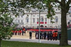 Gromadzić się Colour ceremonię podczas suwerenu oficjalnego urodziny Obraz Stock