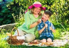 Großmutter, die ein Picknick mit Enkelkind hat Stockfotografie
