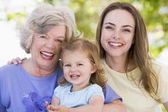 Großmutter mit erwachsener Tochter und Enkelkind Stockfotos