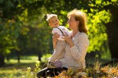 Großmutter mit Neffeen Stockfoto