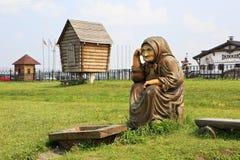 Großmutter mit nichts Hölzerne Skulpturen basiert auf Pushkins Märchen Stockfotografie