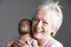 Großmutter-streichelnenkelin Stockfoto