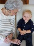 Großmutter und Enkel Stockfoto