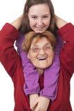 Großmutter- und Enkelinumarmen Stockfotografie