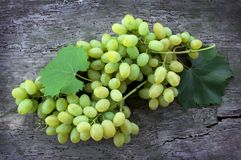 Grona zieleni dojrzali winogrona na drewnianym tle Zdjęcie Stock