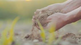 Grond in landbouwershanden Landbouw stock videobeelden
