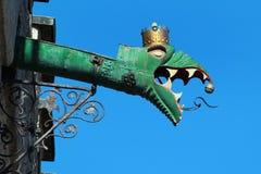Grondaia della pioggia decorata con la testa del doccione del drago su municipio di Tallinn, Estonia Immagini Stock