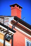 Grondaia e camino rosso Immagini Stock