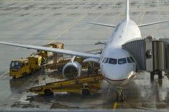 Grondbemanning die een passagiersvliegtuig bijtanken Royalty-vrije Stock Afbeelding