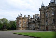 Gronden en ingang van Holyrood-Paleis, Edinburgh, Schotland stock foto