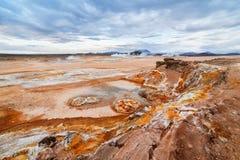 Gronderosie in de geothermische vallei van Namafjall in IJsland Stock Afbeelding