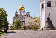 Grondgebied van het Kremlin van Moskou met de Tsaarklok Stock Afbeeldingen