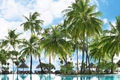 Grondgebied van hotel bij tropisch royalty-vrije stock afbeelding