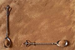 Grondkaneel op een houten raad en oude theelepeltjes Stock Fotografie