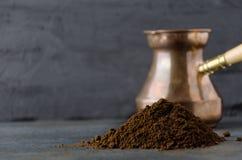 Grondkoffie alvorens op zwarte lijst in de keuken voorbereidingen te treffen, close-up royalty-vrije stock afbeelding