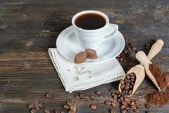 Grondkoffie en koffiebonen in een houten kom Stock Foto's