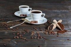 Grondkoffie en koffiebonen in een houten kom Stock Afbeelding