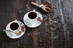 Grondkoffie en koffiebonen in een houten kom Stock Fotografie