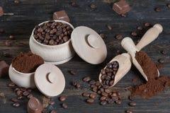 Grondkoffie en koffiebonen in een houten kom Stock Foto