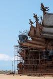 Grondmening van restauratieplaats aan de kant buiten van het Heiligdom van Waarheid, Thailand Stock Fotografie