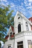 Grondmening van toren met puntgevel en portiek van een oud huis van de 19de eeuw in historisch Sherbrooke-Dorp in Nova Scotia stock foto