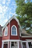 Grondmening van toren met puntgevel en portiek van een oud huis van de 19de eeuw in historisch Sherbrooke-Dorp in Nova Scotia stock foto's