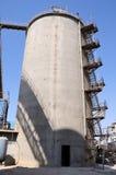 Grondstoffenopslag in fabriek met staaltreden Royalty-vrije Stock Foto's
