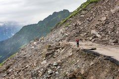 Grondverschuiving op de Weg van Manali - Leh-bij het Rohtang-pasgebied, HImachal Pradesh, India stock afbeeldingen