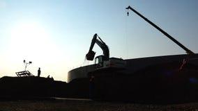 Grondverzetbouwwerkzaamheid met vrachtwagens op plaats stock footage