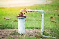Grondwater goed met pvc-pijp en water met duikvermogen van de systeem het elektrische diepe goed pomp stock foto