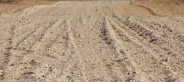 Grondweg door de woestijn stock afbeelding