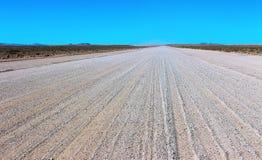 Grondweg door de woestijn royalty-vrije stock afbeeldingen