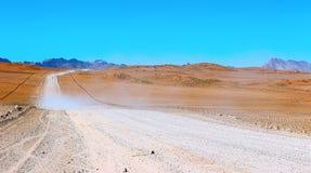 Grondweg door de woestijn royalty-vrije stock foto's