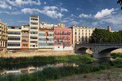 Gérone et x28 ; Catalunya, Spain& x29 ; maisons le long de la rivière Photographie stock libre de droits