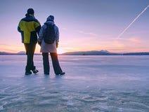 Gronelândia que caminha amantes do turista do curso com mãos da posse fotos de stock royalty free