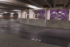 GRONINGA, LOS PAÍSES BAJOS - CIRCA 2014: Iluminación púrpura del garaje de los aparcamientos Foto de archivo
