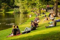 Groningen Groningen - 22 augustus 2017: Folk som kopplar av i Arkivbilder