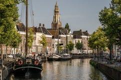 Groningen Groningen - 22 augustus 2017: Sikt över en chanel i Gr Royaltyfria Bilder