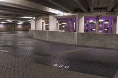 GRONINGEN, DIE NIEDERLANDE - CIRCA 2014: Purpurrote Beleuchtung der Parklückegarage Stockfoto