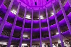 GRONINGEN, DIE NIEDERLANDE - CIRCA 2014: Purpurrotes Beleuchtungssystem des gewundenen Parkhauses Stockfotos