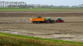 Groninger-Landwirt hebt Kartoffeln an lizenzfreie stockbilder