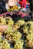 Grono winogrona przy wprowadzać na rynek kram fotografia royalty free