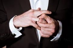 Groom вручает принимает кольцо стоковые фото