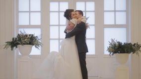 Groom встречает невесту сток-видео