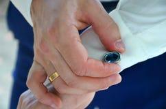 Groom выправляет запонки для манжет на его рубашке Гонорары холят, Wedding и медовый месяц в тропиках на острове Шри-Ланки стоковое изображение rf