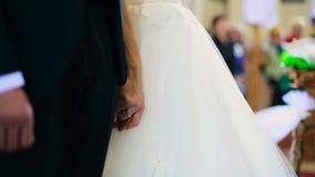 Groom в черном костюме держит невесту tenderand руки ` s говорит обещание видеоматериал